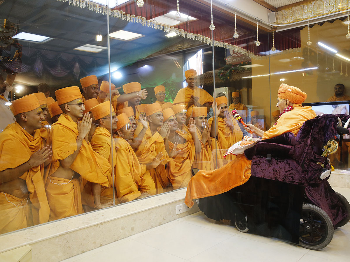 Newly initiated sadhus with Swamishri
