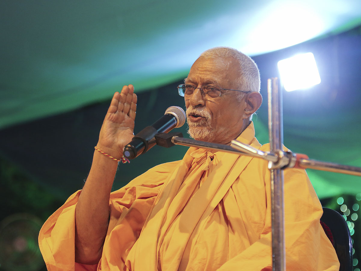 Pujya Swayamprakash Swami (Pujya Doctor Swami) delivers a discourse in the evening satsang assembly