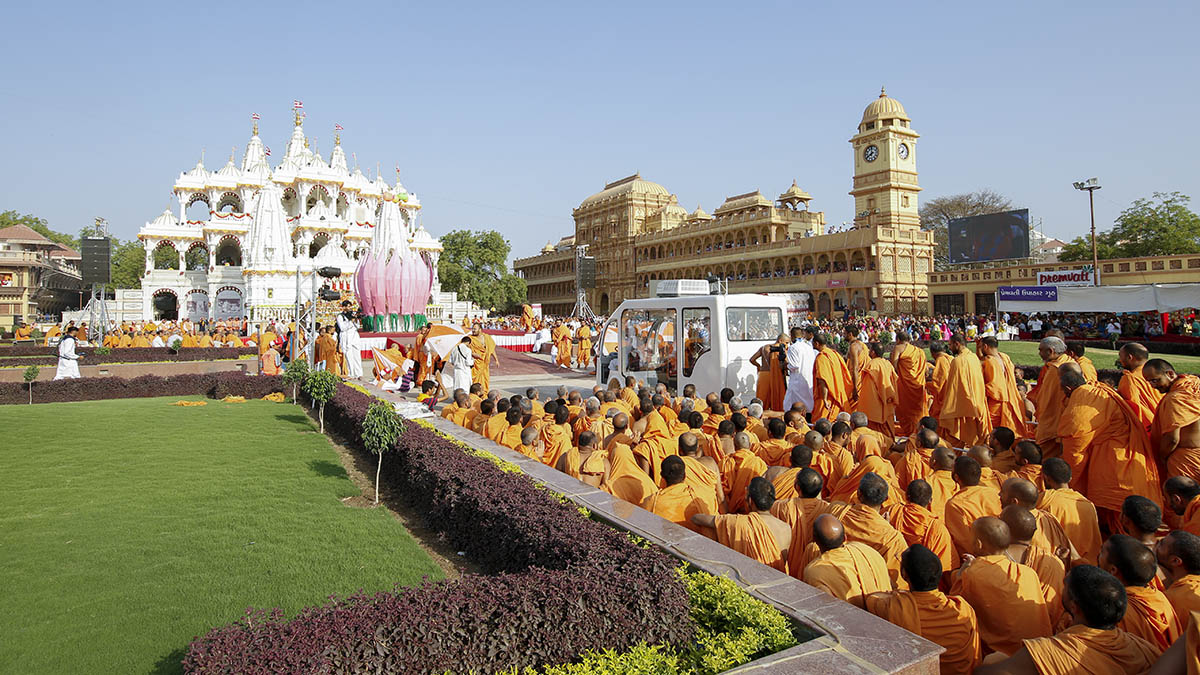 Swamishri arrives for inauguration for murti of Bhagwan Swaminarayan on rozo ghodo
