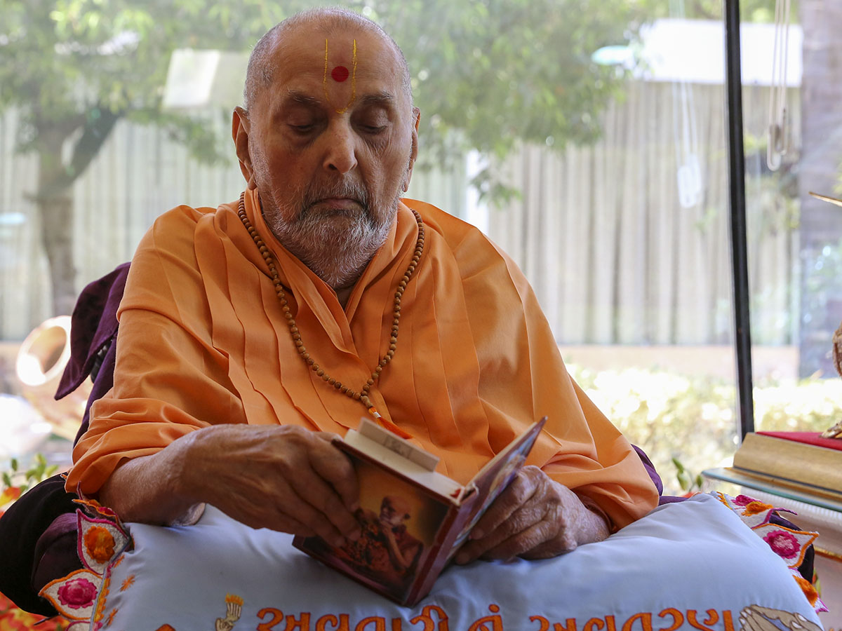 HH Pramukh Swami Maharaj performs his morning puja