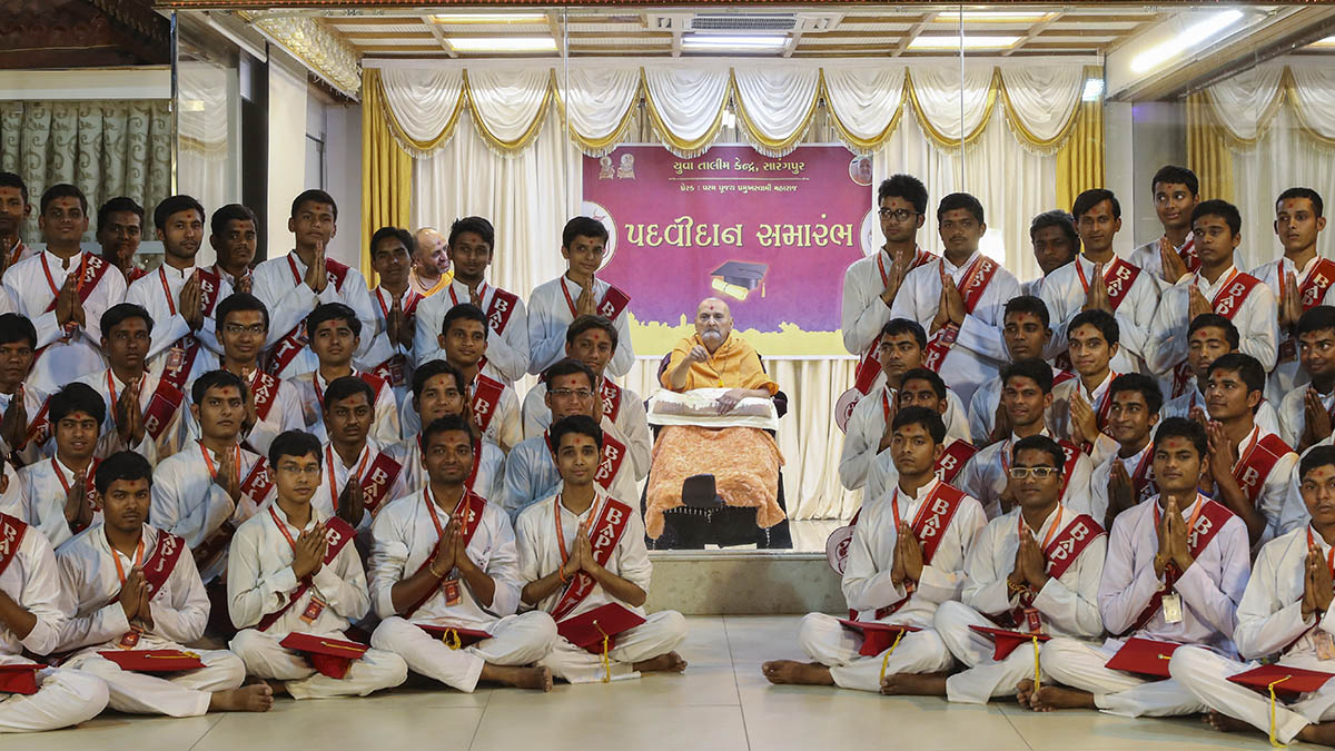 Youths of Yuva Talim Kendra, Sarangpur, with Swamishri