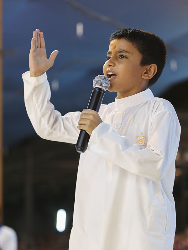 A child perform before Swamishri