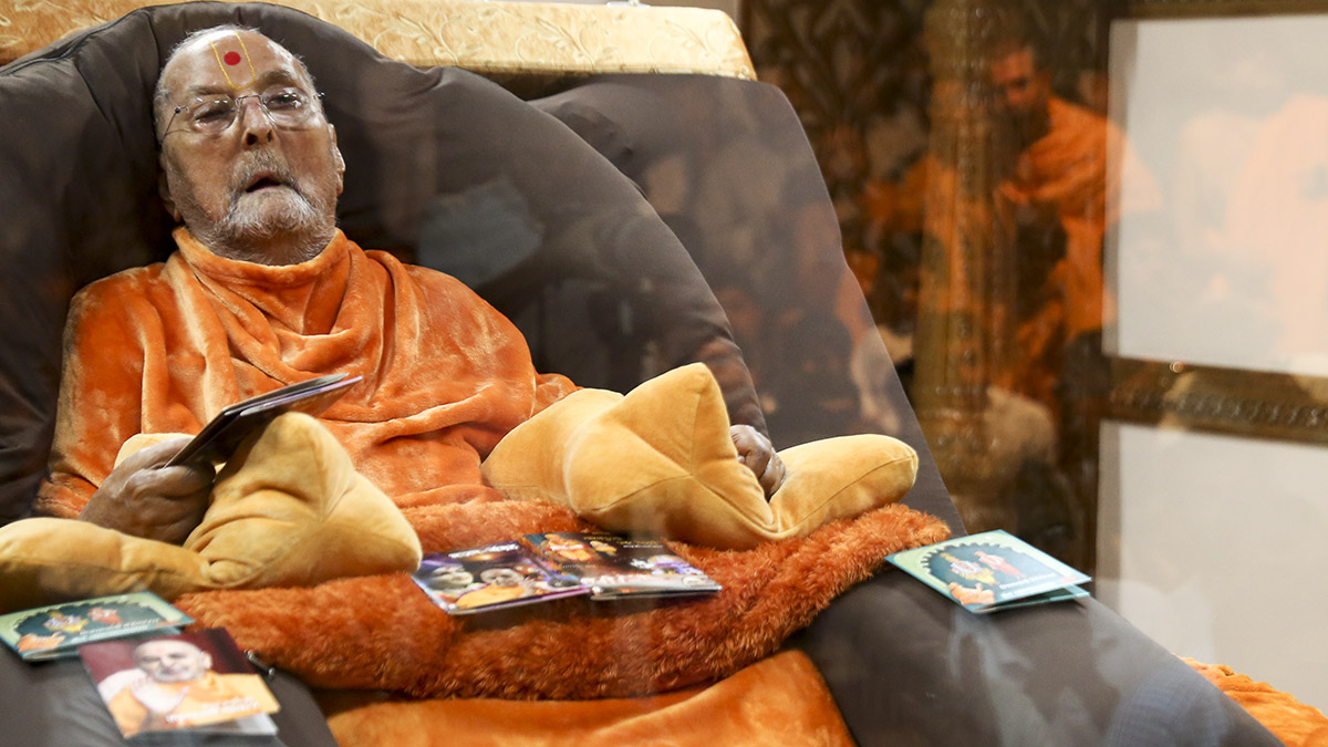 Swamishri sanctifies publications