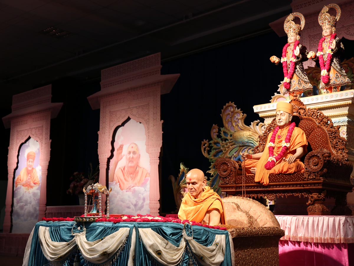 Param Pujya Mahant Swami performs his morning puja, 19 Aug 2016