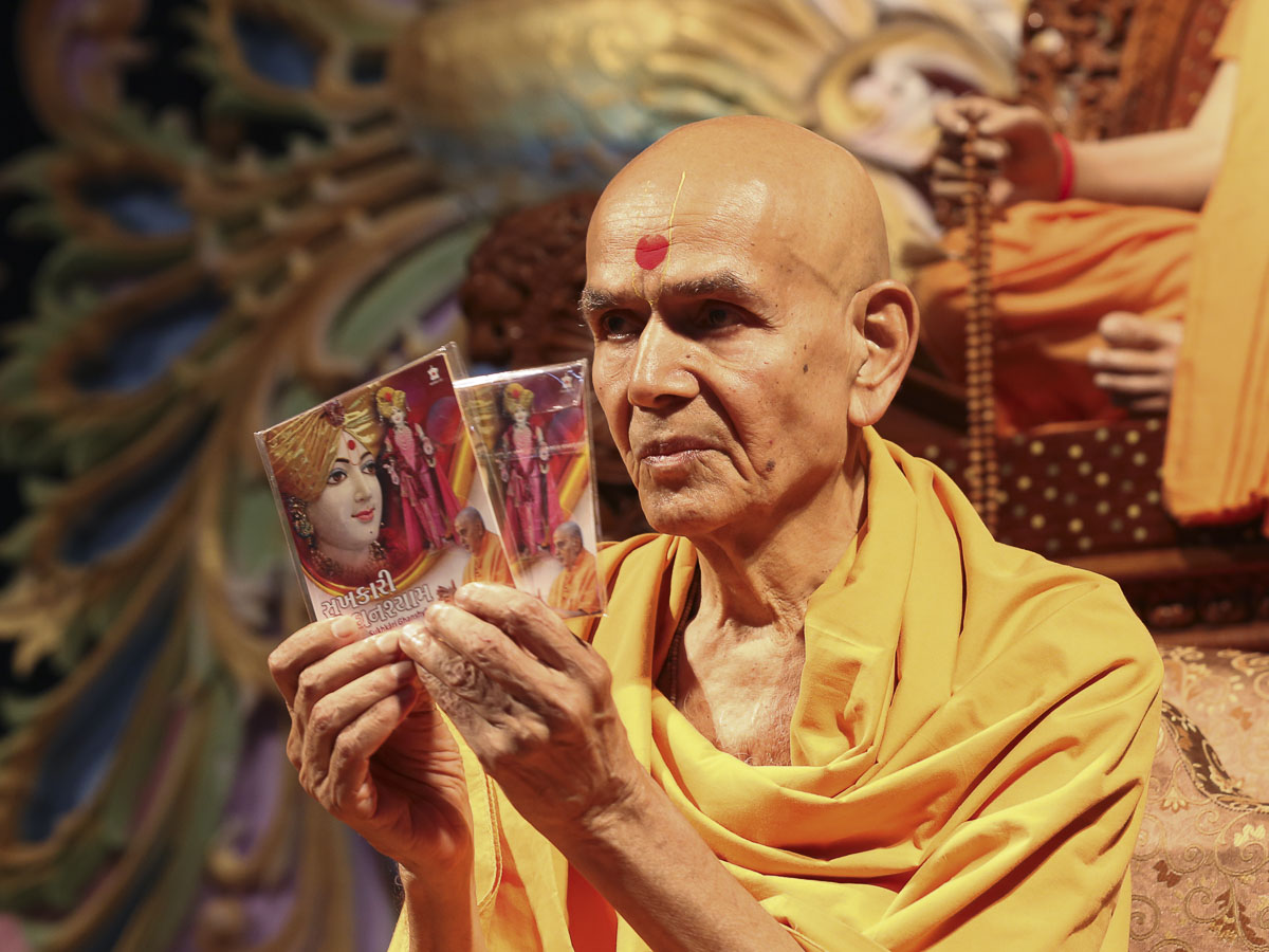 Param Pujya Mahant Swami inaugurates an audio publication 'Sukhkari Ghanshyam', 19 Aug 2016