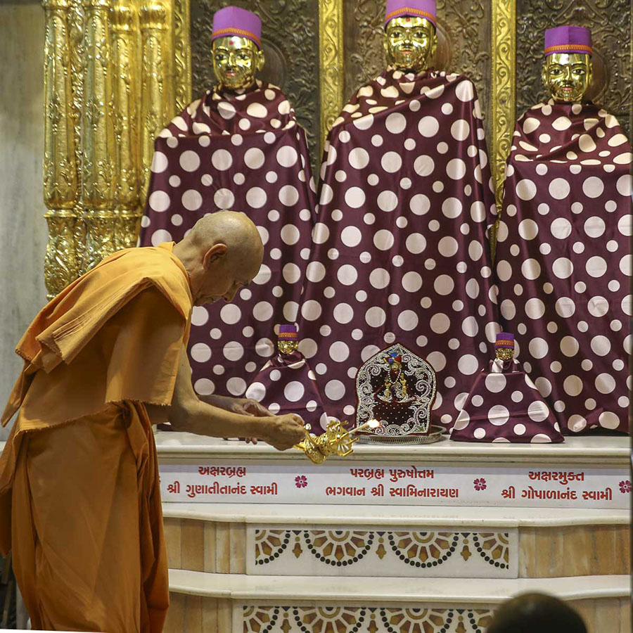 Param Pujya Mahant Swami performs arti of Thakorji, 20 Aug 2016