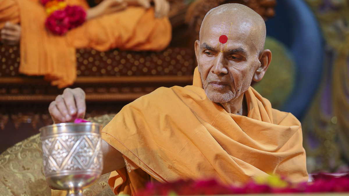 Param Pujya Mahant Swami performs his morning puja, 22 Aug 2016