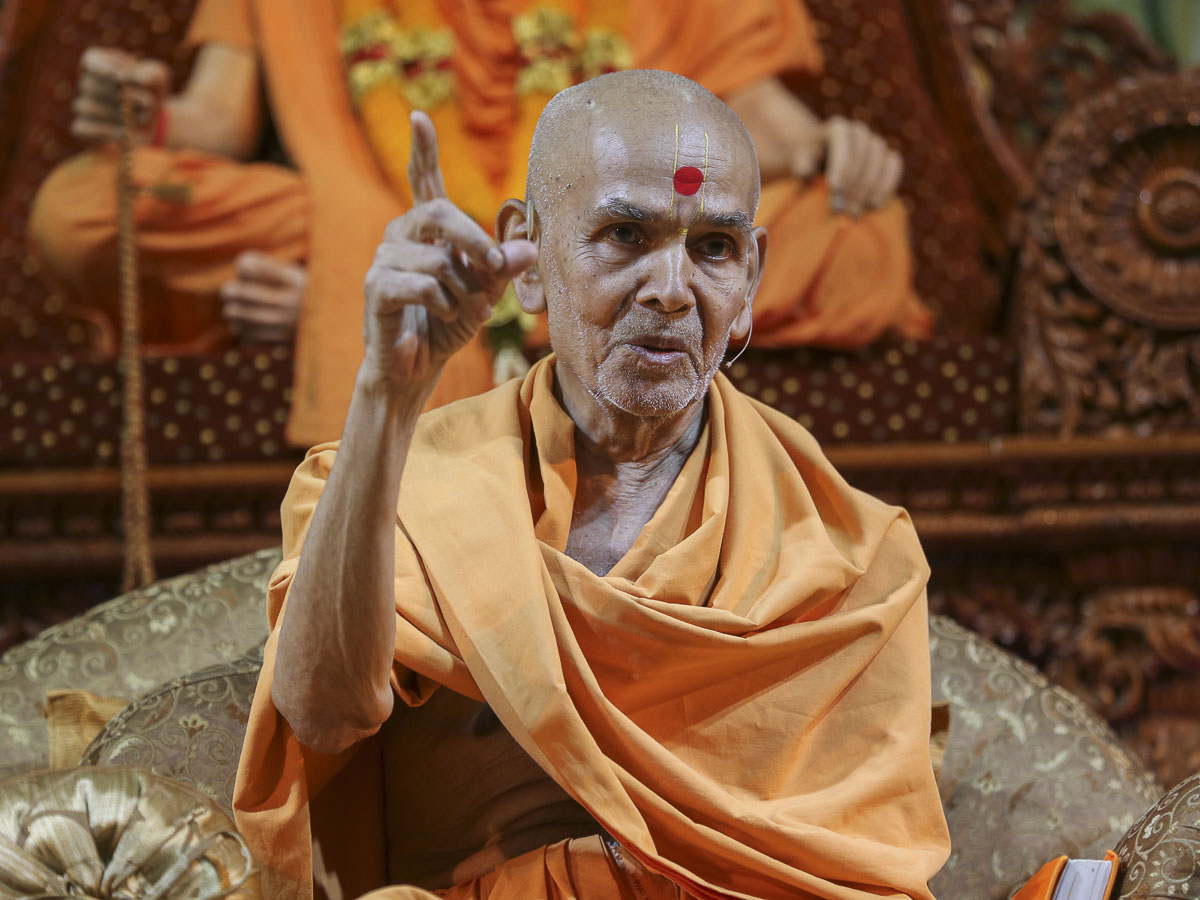 Param Pujya Mahant Swami delivers a discourse, 23 Aug 2016