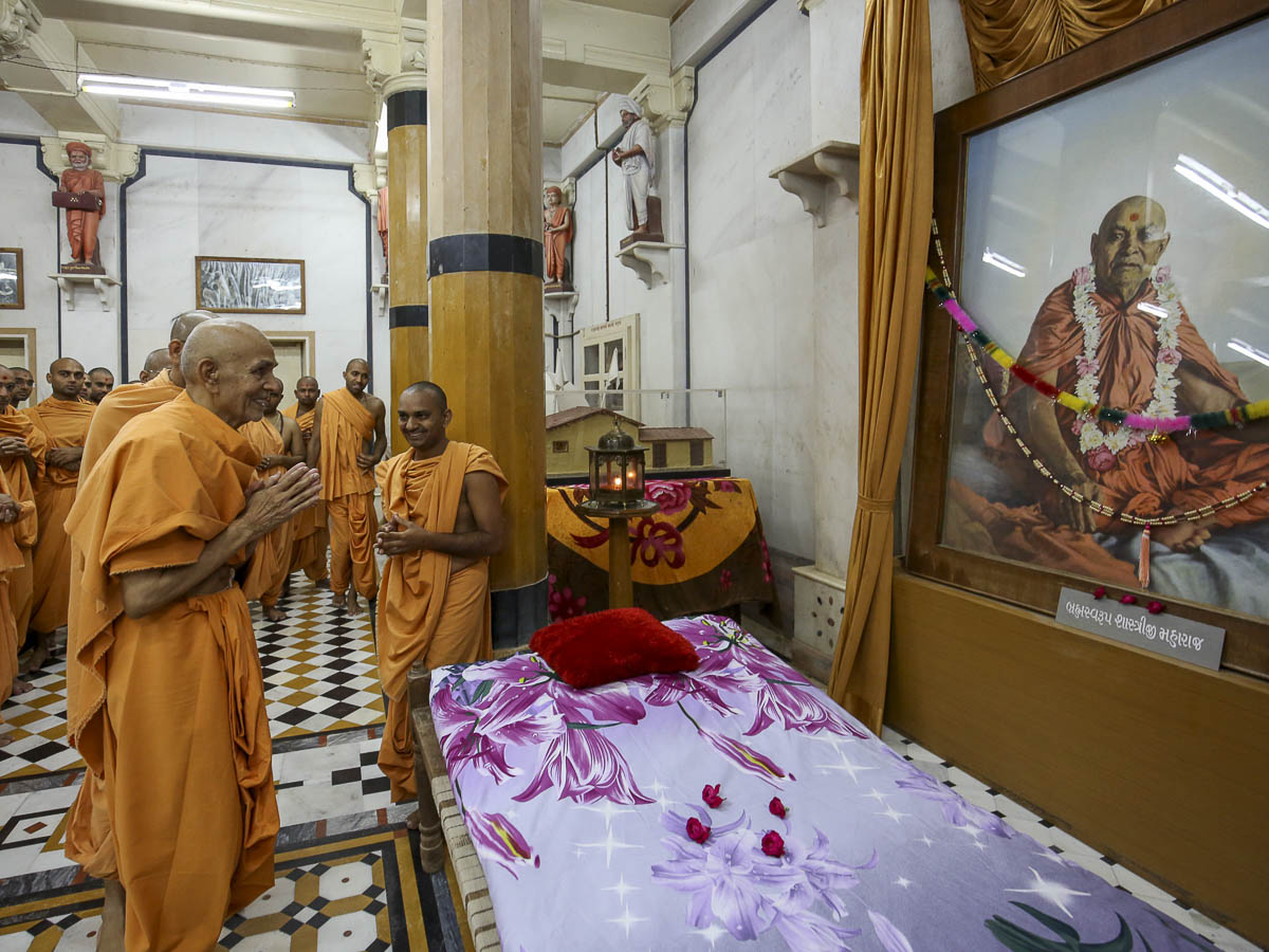 Param Pujya Mahant Swami engrossed in darshan at Rangmandapam, 23 Aug 2016