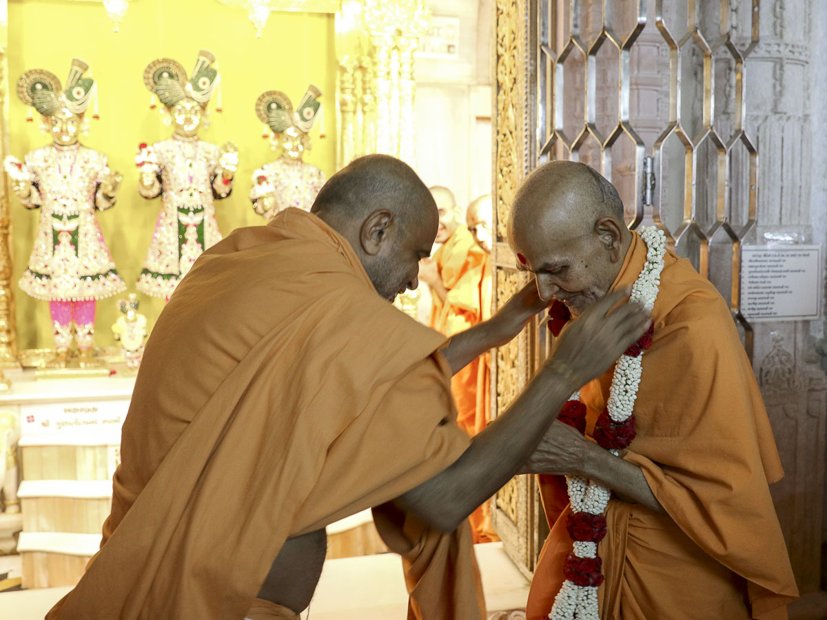 Gnaneshwar Swami honors Param Pujya Mahant Swami with a garland, 24 Aug 2016