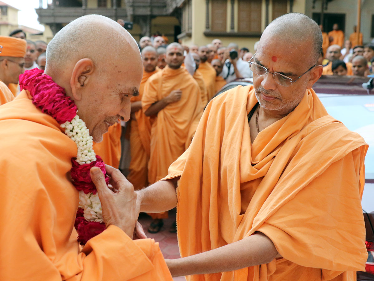 Narayanmuni Swami honors Param Pujya Mahant Swami with a garland on his departure from Sarangpur, 24 Aug 2016