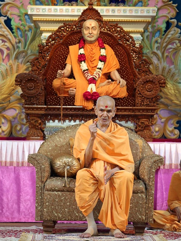 Param Pujya Mahant Swami delivers a discourse, 24 Aug 2016