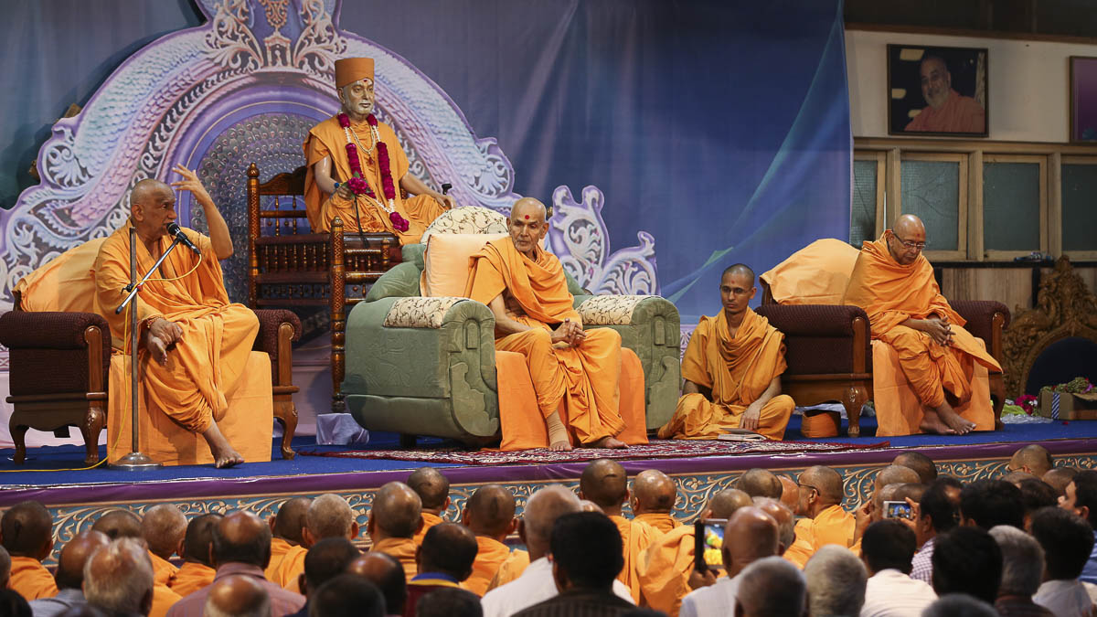 Param Pujya Mahant Swami during the welcome assembly, 24 Aug 2016