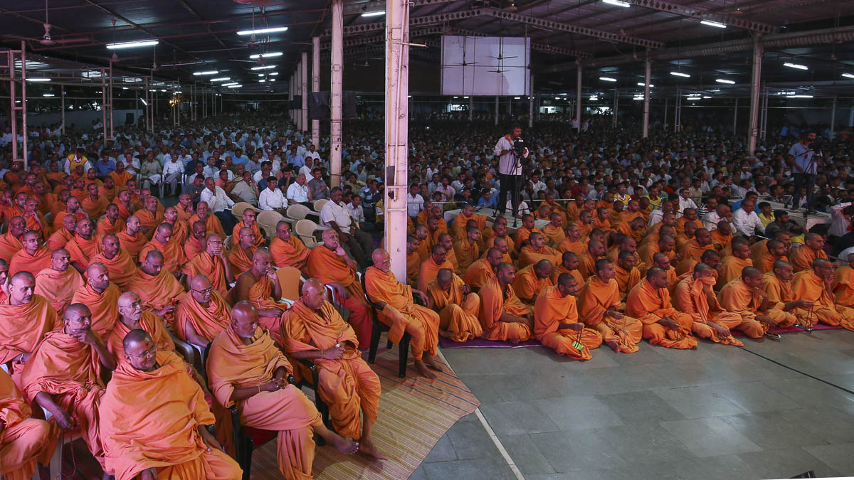 Sadhus and devotees during the assembly, 25 Aug 2016