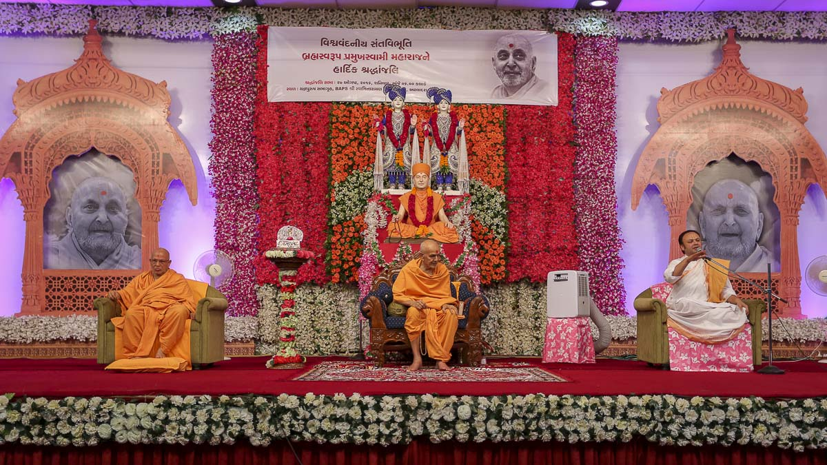 Pujya Dwarkeshlalji Maharaj address the assembly, 27 Aug 2016