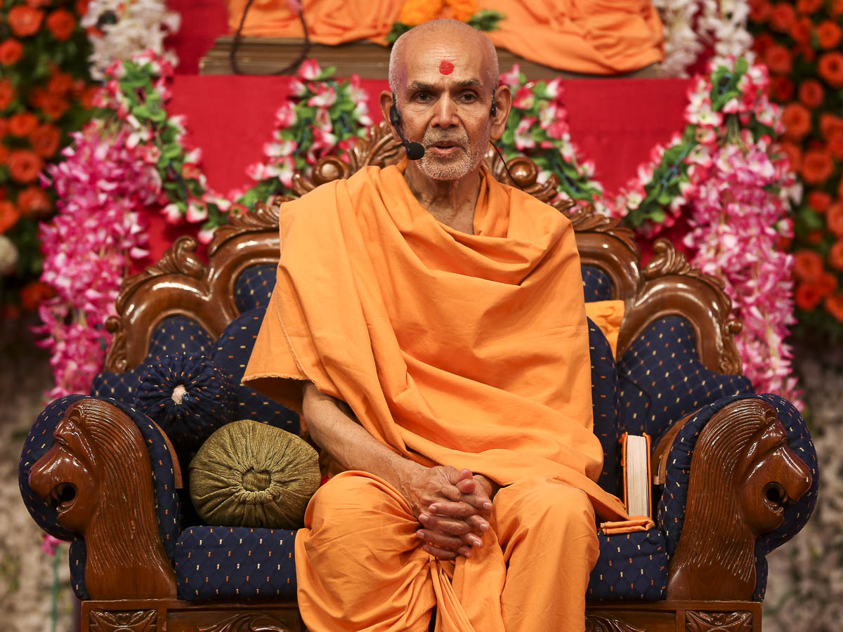 Param Pujya Mahant Swami delivers a discourse, 27 Aug 2016