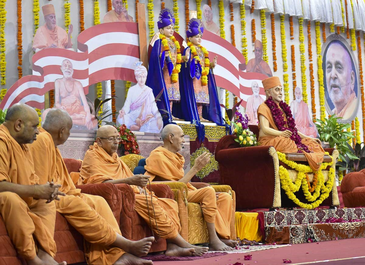 HH Mahant Swami Maharaj delivers a discourse, 28 Aug 2016