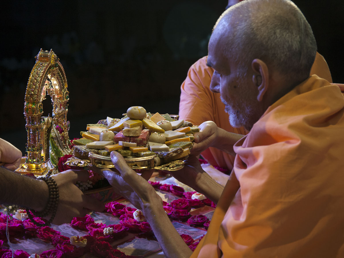 Param Pujya Mahant Swami performs his morning puja, 1 Sep 2016