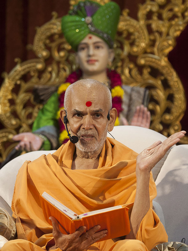 Param Pujya Mahant Swami delivers a discourse, 1 Sep 2016