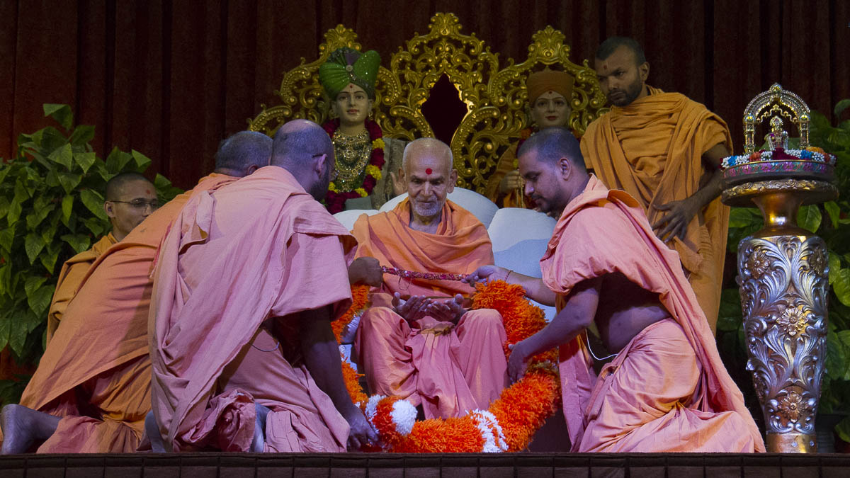 Sadhus honor Param Pujya Mahant Swami with a garland, 1 Sep 2016