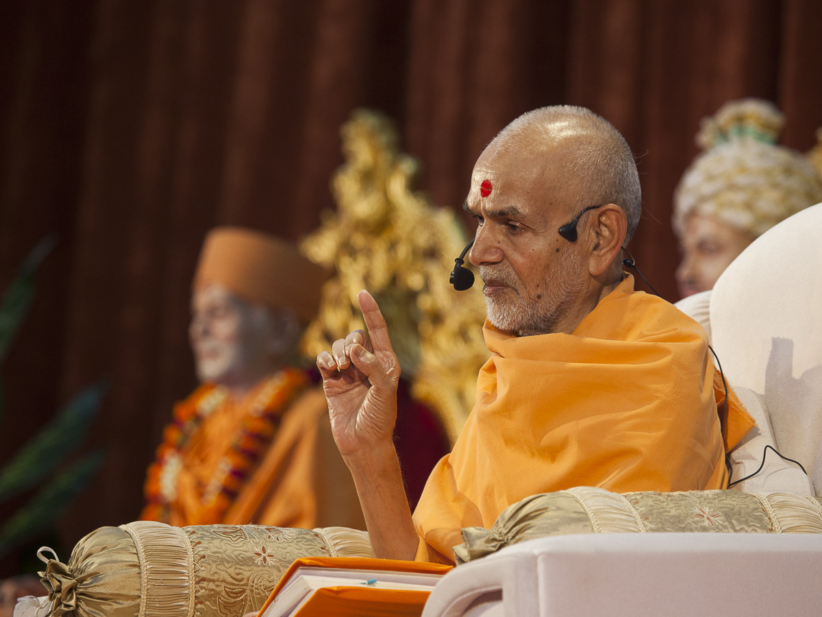 Param Pujya Mahant Swami delivers a discourse in the evening, 1 Sep 2016