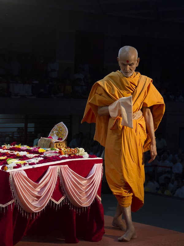 Param Pujya Mahant Swami performs his morning puja, 2 Sep 2016