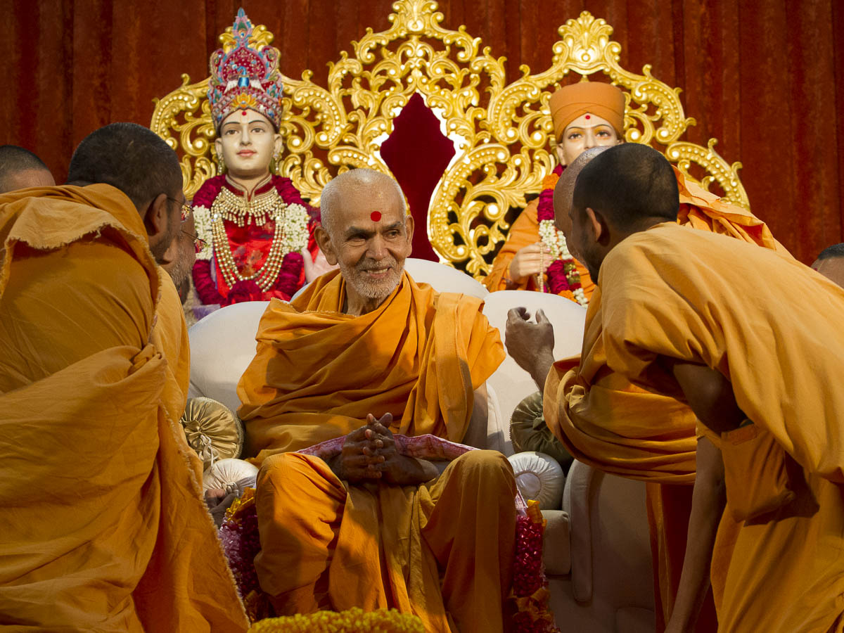 Sadhus honor Param Pujya Mahant Swami with a garland, 2 Sep 2016