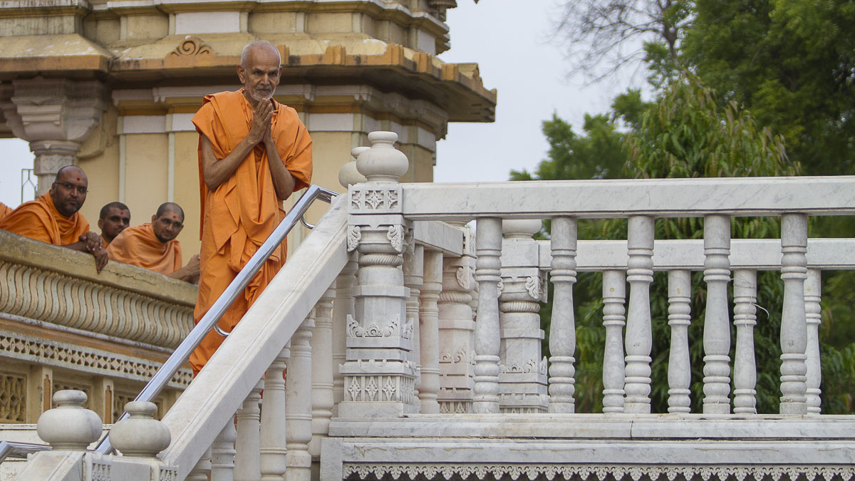 Param Pujya Mahant Swami greets all with 'Jai Swaminarayan', 3 Sept 2016