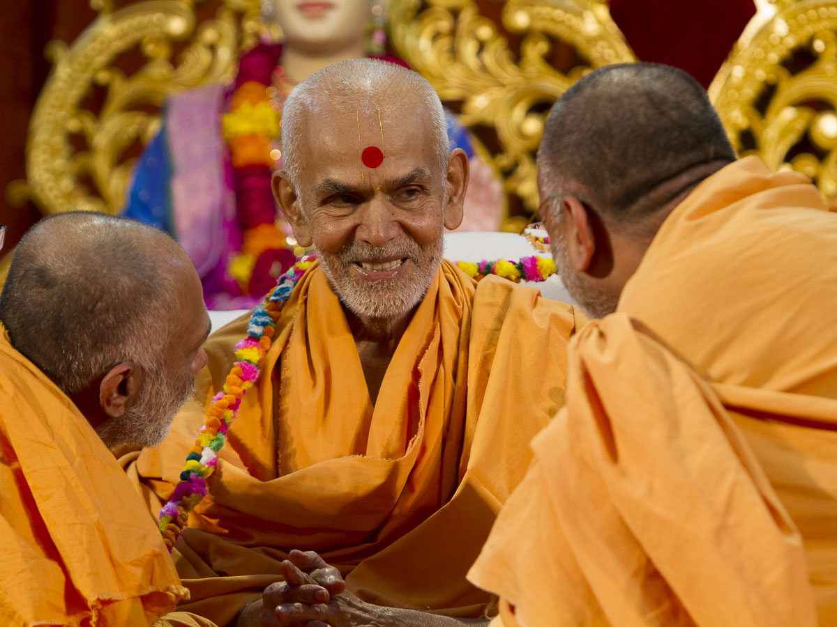 Sadhus honor Param Pujya Mahant Swami with a garland, 3 Sept 2016