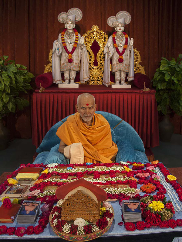 Param Pujya Mahant Swami performs his morning puja, 4 Sep 2016