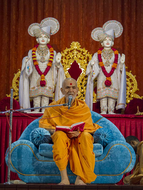 Param Pujya Mahant Swami delivers a discourse, 4 Sep 2016