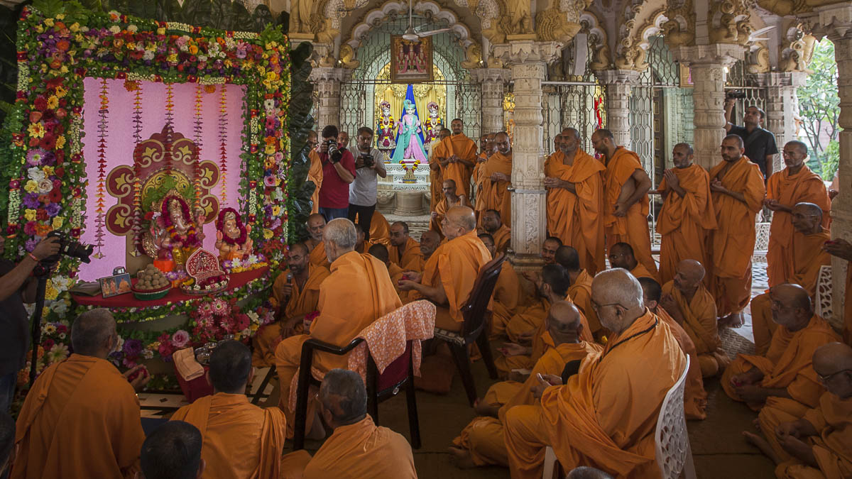 Param Pujya Mahant Swami performs pujan of Shri Ganeshji on Ganesh Chaturthi Day, 5 Sep 2016