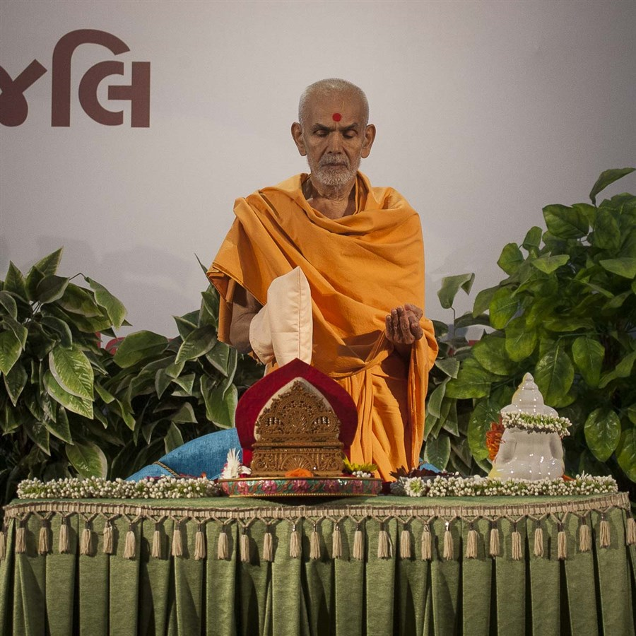 Param Pujya Mahant Swami performs his morning puja, 5 Sep 2016