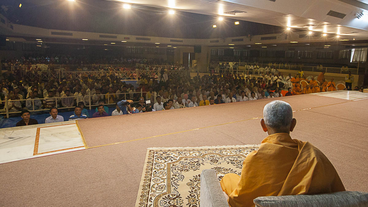 Param Pujya Mahant Swami during the welcome assembly, 5 Sep 2016