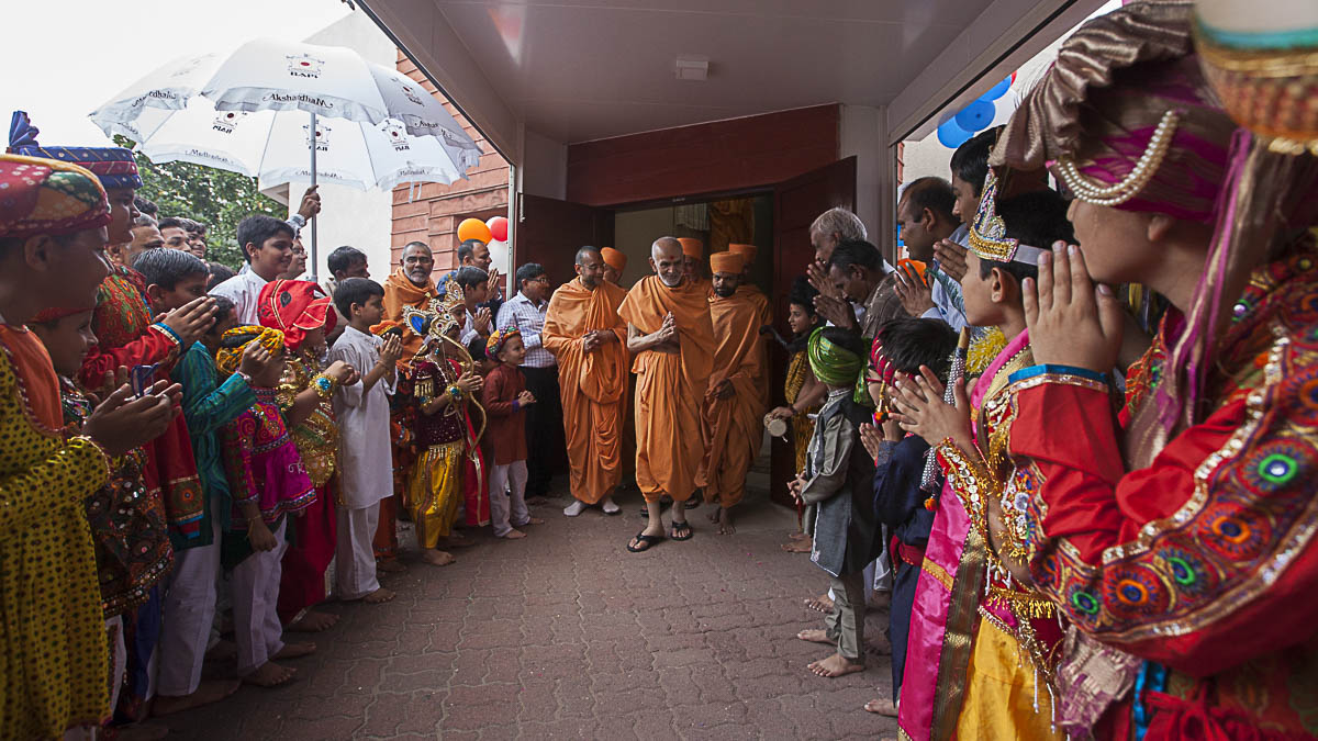 Children in traditional dress welcome Param Pujya Mahant Swami, 5 Sep 2016