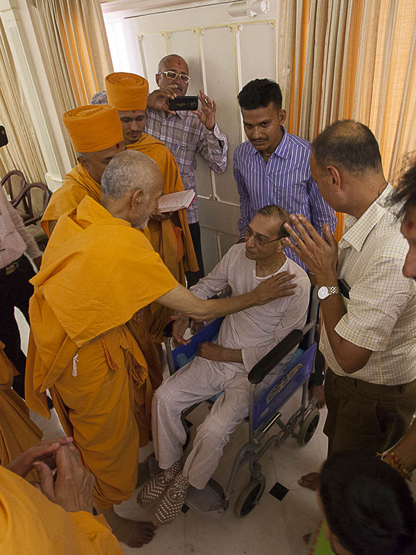 Param Pujya Mahant Swami blesses an ailing devotee, 5 Sep 2016