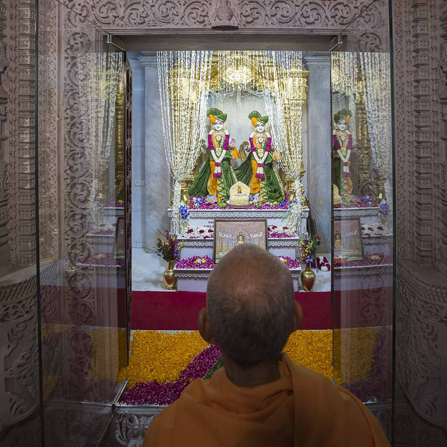 Param Pujya Mahant Swami engrossed in darshan of Thakorji, 7 Sep 2016