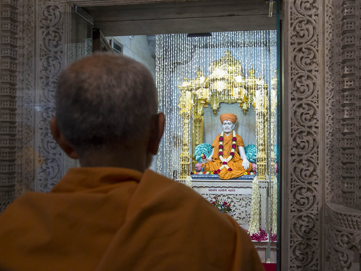 Param Pujya Mahant Swami engrossed in darshan, 7 Sep 2016