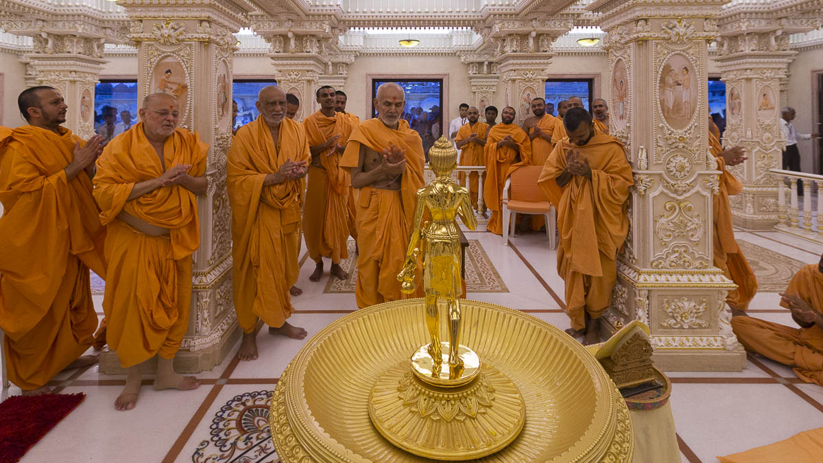Param Pujya Mahant Swami and sadhus visit Akshardham and pray before Shri Nilkanth Varni, 7 Sep 2016