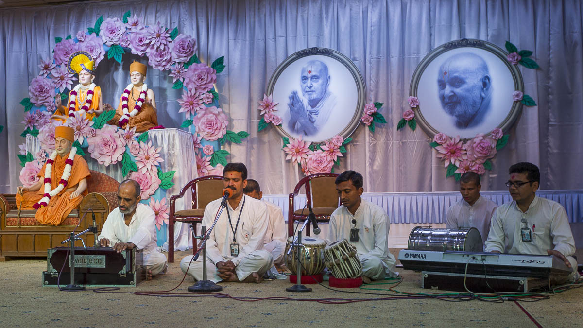 Youths sing kirtans during the evening satsang assembly, 7 Sep 2016