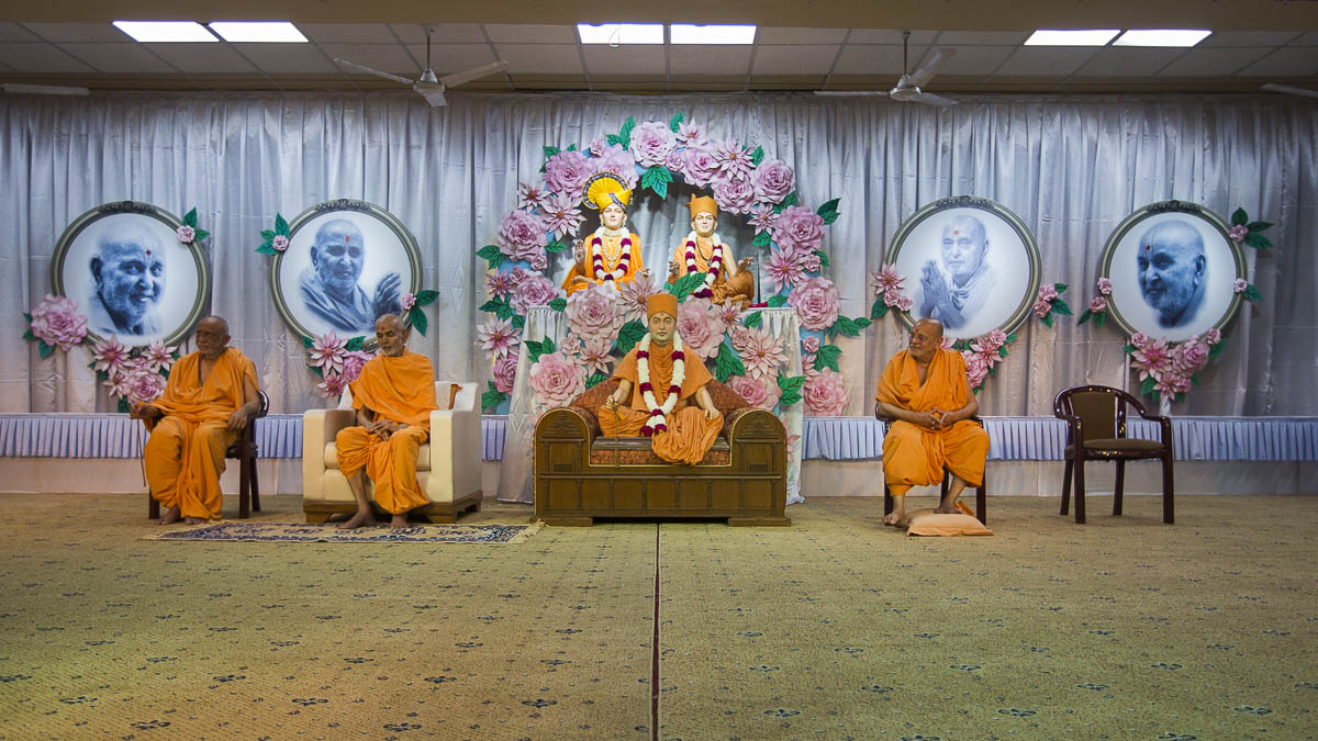 Param Pujya Mahant Swami Maharaj, Pujya Ishwarcharan Swami, and Atmaswarup Swami during the satsang assembly, 7 Sep 2016