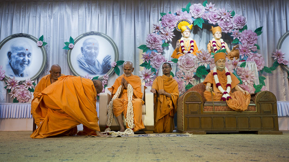 Param Pujya Mahant Swami honored with a garland, 7 Sep 2016
