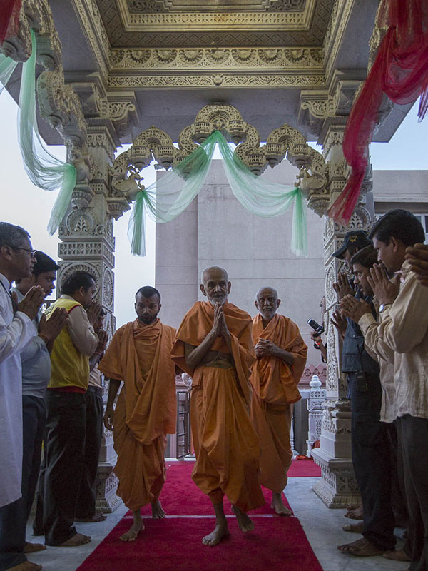 Param Pujya Mahant Swami arrives for mangala arti darshan, 8 Sep 2016