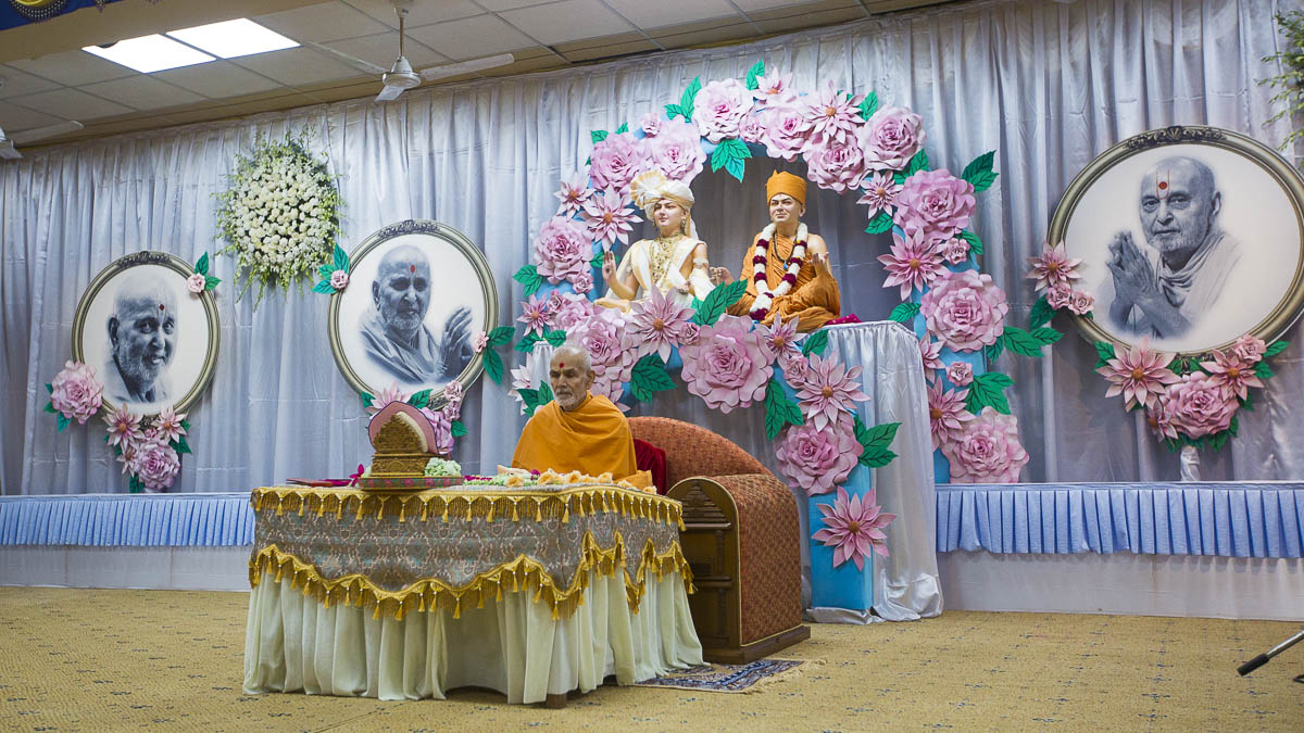 Param Pujya Mahant Swami performs his morning puja, 8 Sep 2016