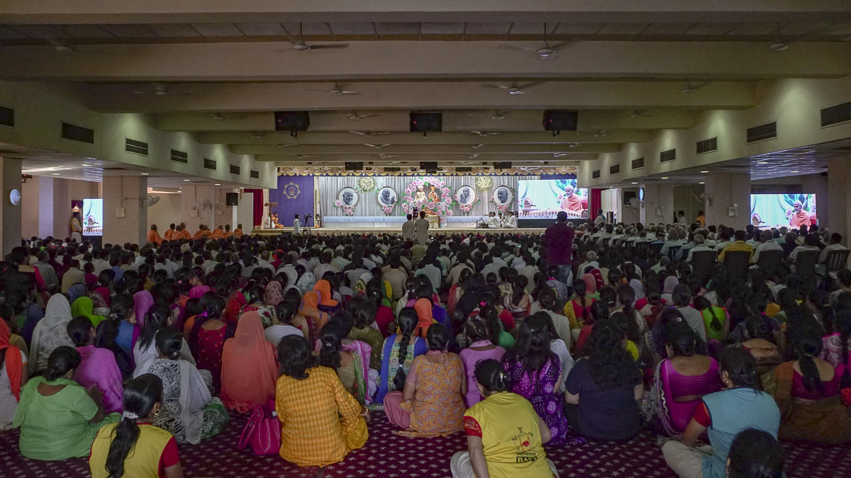 Devotees doing Param Pujya Mahant Swami's puja darshan, 8 Sep 2016