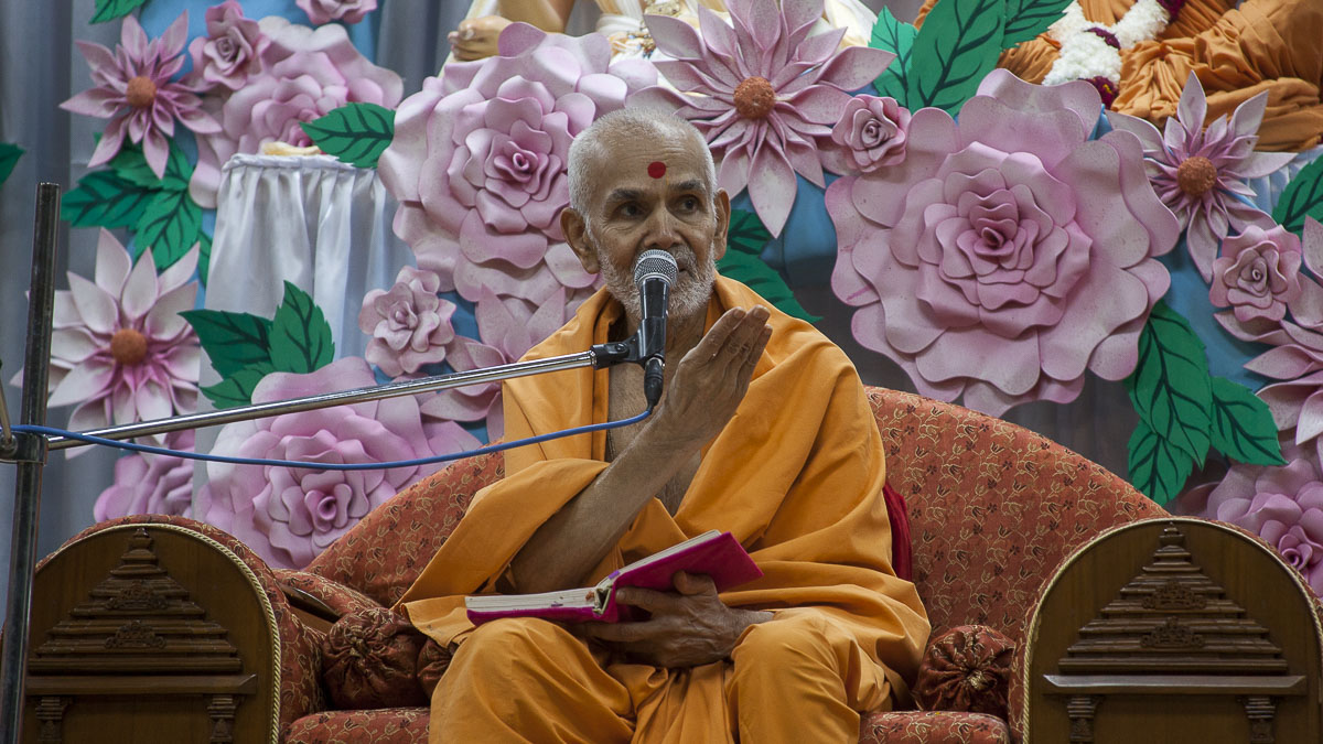 Param Pujya Mahant Swami delivers a discourse, 8 Sep 2016