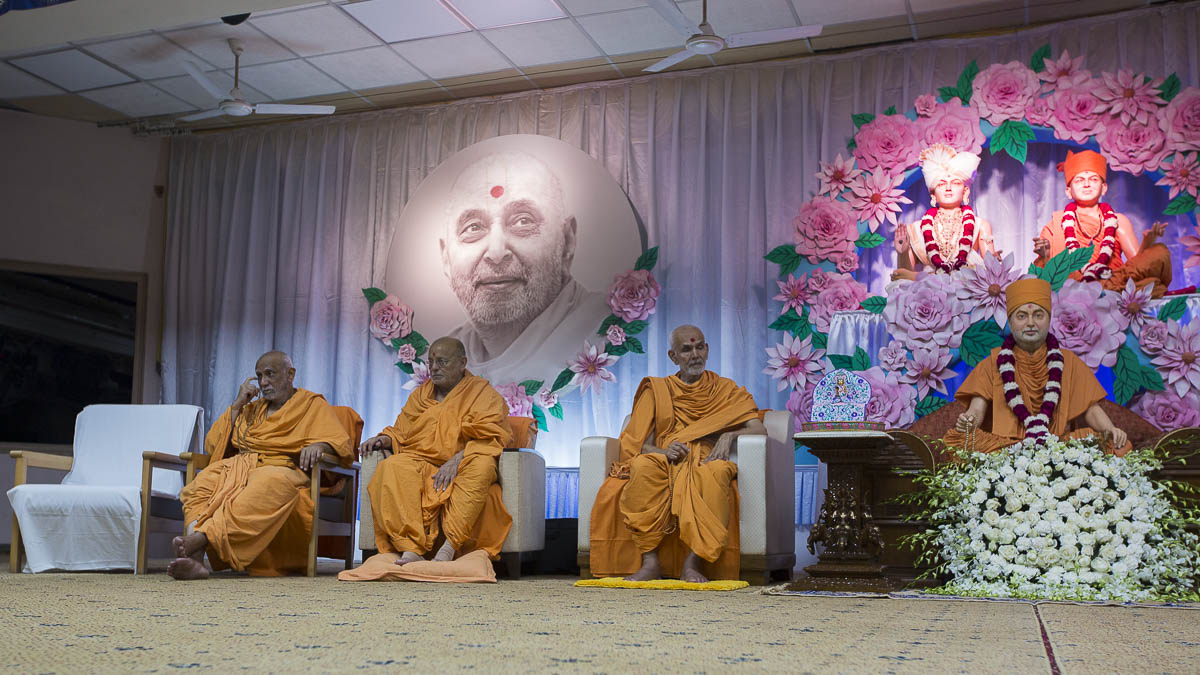 (From R to L) Param Pujya Mahant Swami Maharaj, Pujya Ishwarcharan Swami, Atmaswarup Swami during the memorial assembly, 8 Sep 2016