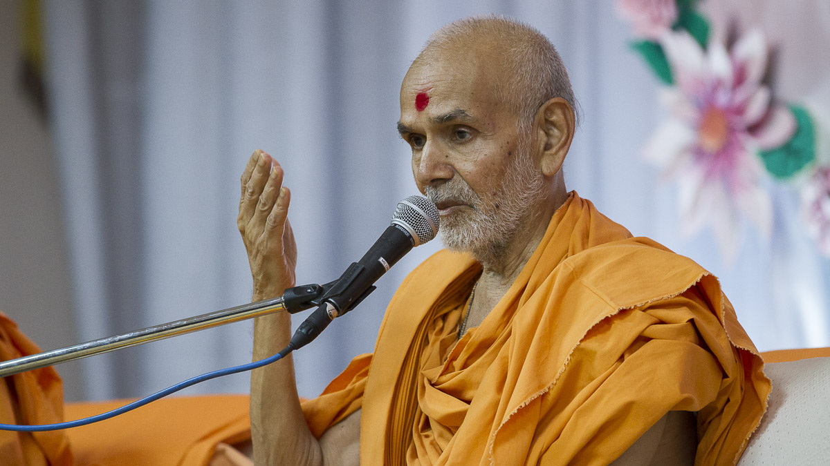 Param Pujya Mahant Swami Maharaj blesses the assembly, 8 Sep 2016