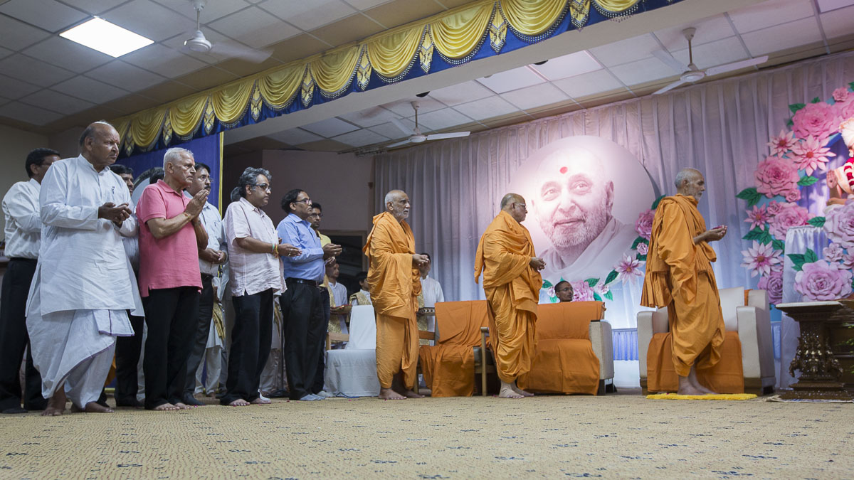 Param Pujya Mahant Swami Maharaj, Pujya Ishwarcharan Swami and dignitaries offer mantra pushpanjali, 8 Sep 2016