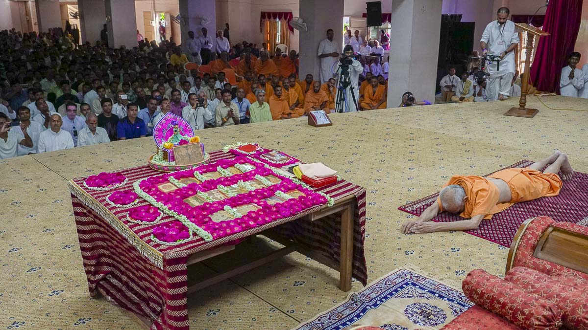Param Pujya Mahant Swami performs his morning puja, 9 Sep 2016